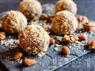 Рецепта Домашни бисквитени топки / бонбони с орехи, пудра захар, масло, какао и ром